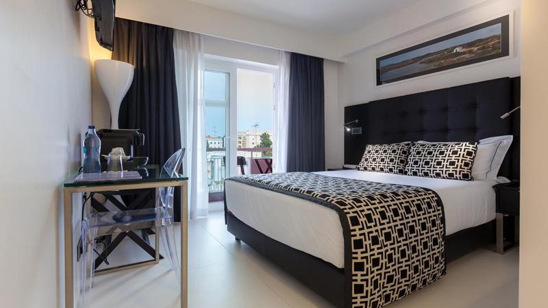 Φάρο: Αεροπορικά εισιτήρια (συμπεριλαμβάνονται φόροι) και διαμονή για 5 ημέρες / 4 νύχτες σε κεντρικό ξενοδοχείo 3* με πρωινό σε μπουφέ. (480€/άτομο)