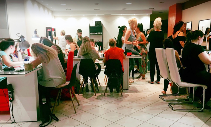Ένα ολοκληρωμένο εκπαιδευτικό σεμινάριο αποτρίχωσης σώματος με κερί, διάρκειας 16 ωρών με χορήγηση βεβαίωσης σπουδών ισάξια με όλων των ιδιωτικών σχολών από το Beauty Academy στην Καλλιθέα (35€).